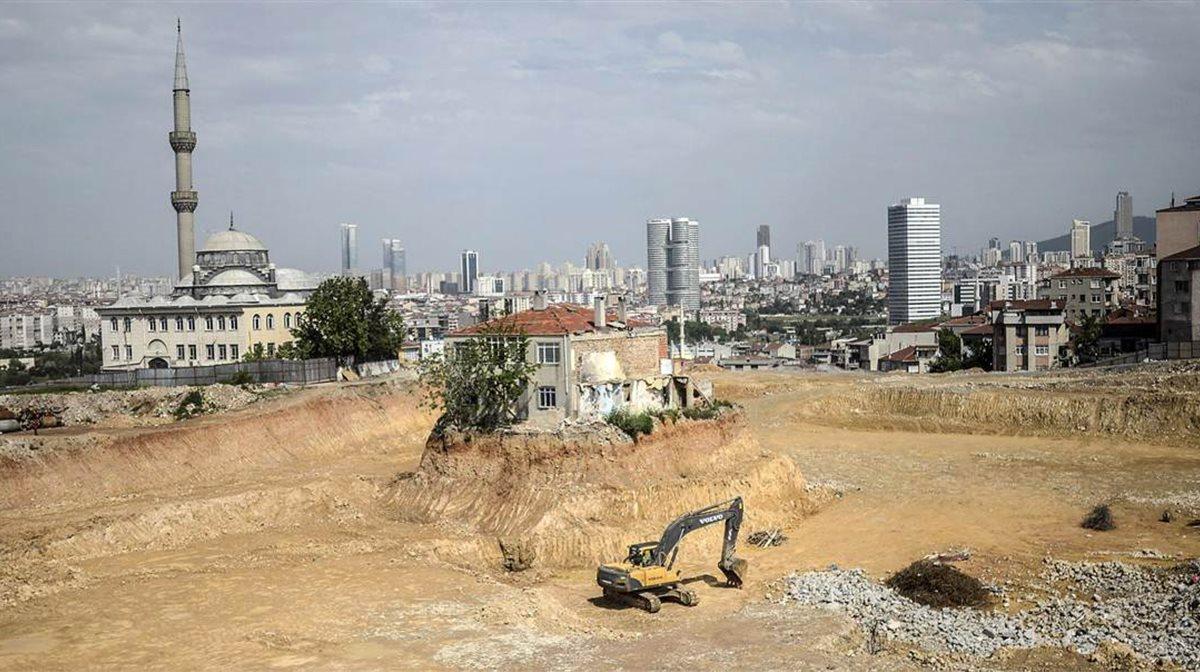 """Ο ιδιοκτήτης αυτού του σπιτιού αρνείται να συναινέσει στην κατεδάφισή του, μη αποδεχόμενος την προσφορά που του υπέβαλλε η κατασκευάστρια εταιρεία που έχει αναλάβει να διαμορφώσει ένα νέο μητροπολιτικό πάρκο στην περιοχή Fikirtepe της Κωνσταντινούπολης. Οι """"πιέσεις"""" που δέχεται πάντως είναι εμφανείς..."""