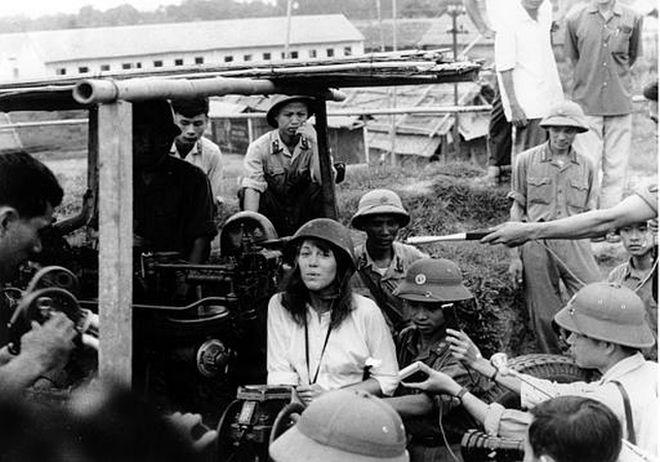 Η Τζέην Φόντα ζήτησε συγγνώμη επειδή το 1972 πόζαρε στο φωτογραφικό φακό μαζί με μέλη των Βιετκόνγκ, μία πράξη που τη στιγμάτισε στην Αμερική. Η νεαρή τότε ηθοποιός βρέθηκε συνειδητά στην περιοχή του εχθρού για να καταγγείλει την αμερικανική πολιτική στην περιοχή. Είπε ότι η αμερικανική στρατιωτική ηγεσία είναι εγκληματίες πολέμου, ως ενεργή ακτιβίστρια του φιλειρηνικού κινήματος. Τότε οι συμπατριώτες της την αποκάλεσαν «Hanoi Jane», δηλαδή η Τζέην από το Ανόι, την πρωτεύουσα του Βιετνάμ.