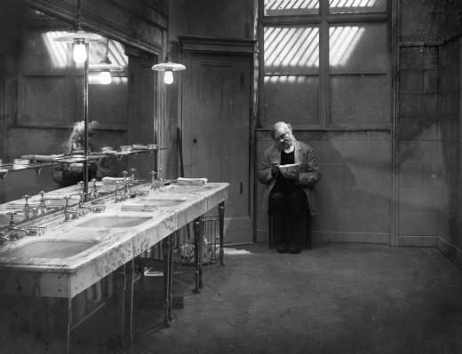 Στο σπαρακτικό βουβό Last Laugh του Μουρνάου, ο λαμπρός πορτιέρης ενός μεγάλου ξενοδοχείου, καθώς γερνάει του ξηλώνουν τα γαλόνια και τον υποβαθμίζουν να φυλάει τουαλέτες, επειδή αμαυρώνει την εικόνα της επιχείρησης – κι αυτός το κρύβει ντροπιασμένος από την οικογένειά του και τους φίλους του, προσποιούμενος ότι πάει κάθε μέρα στη δουλειά, μέχρι που τον ανακαλύπτουν!...Φωτογραφία από την ταινία Last Laugh του Μουρνάου.