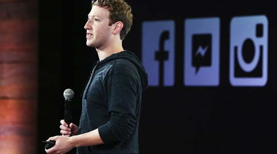 O ιδρυτής του Facebook, Mark Zuckerberg με φούτερ μπροστά σε επενδυτές
