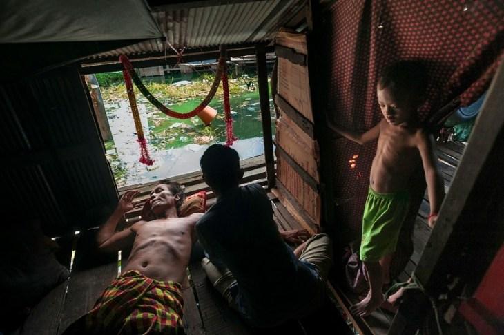 Ο 60χρονος Φάι Φάνα είχε χάσει το πόδι του το 1988 και μένει στην Ταϊλάνδη. Είναι χήρος και μεγαλώνει τα έντεκα παιδιά του μέσα σε ένα σπίτι που δεν είναι δικό του. Το δικαστήριο έχει βγάλει απόφαση από το 2008 για να κατεδαφιστεί αλλά δεν έχει γίνει ακόμα.