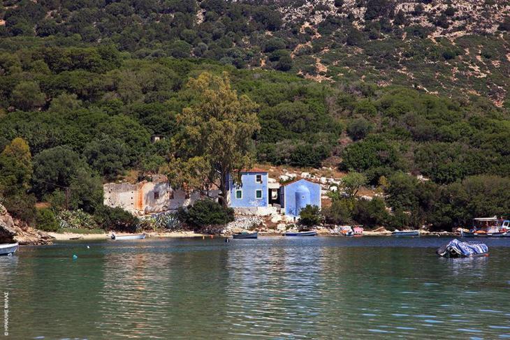 Κεφαλονιά: Το γαλάζιο εκκλησάκι του Αγ. Σπυρίδωνα μοναδική παραφωνία στο πράσινο του Αθέρα (Παλική)