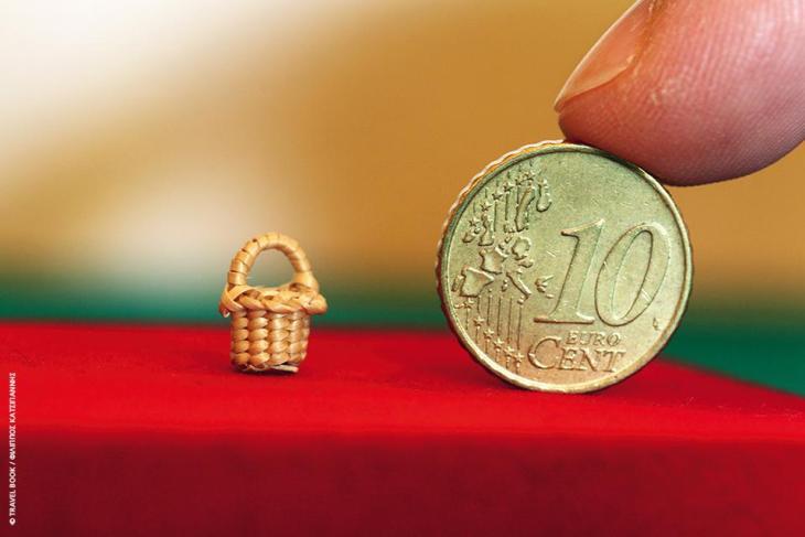 Μουσείο Καλαθοπλεκτικής των Ρωμά, Ροδόπη: Εδώ θα δείτε το μικρότερο καλάθι του κόσμου (7 χιλιοστά!), καλάθια από βέργα φουντουκιάς από το Σουφλί, τυροβόλια του Αιγαίου, θεραπευτικά καλάθια των Τσιγγάνων από κόκκινη ιτιά, μελισσοκόφινα, μαγικά καλάθια των Πομάκων, μπουγαδοκόφινα, και ένα σωρό ακόμα θαυμαστά δείγματα της λαϊκής οικοτεχνίας που εξάσκησαν σε επίπεδο μαζικού εμπορίου περισσότερο απ' όλους οι Ρωμά της Θράκης.  * Επισκέψεις κατόπιν συνεννόησης. Θρυλόριο, 6977 58 58 44, www.romagr.gr