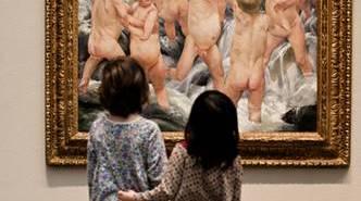 kids-looking-at-art