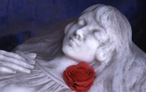 estátua de mulher dormindo