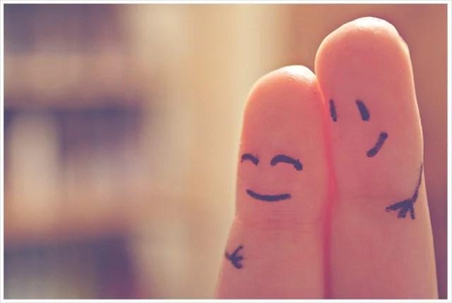 dedos se abraçando, felizes