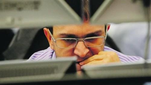 Foto de homem com estresse