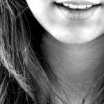 微笑む口元