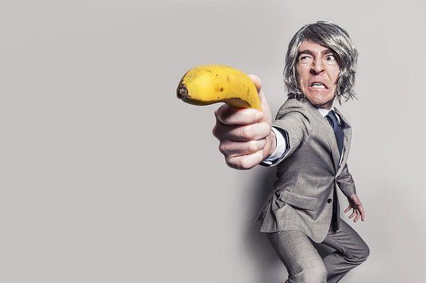 バナナを構えるビジネスマン