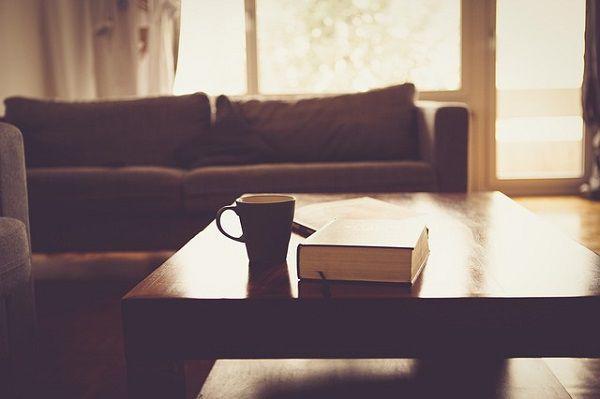 リビングのテーブルの上の本