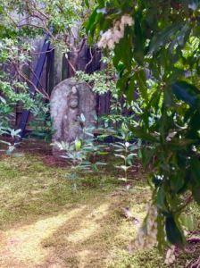 庭の馬酔木と石仏