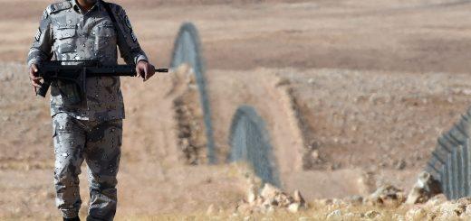 فرد من قوات حرس الحدود السعودية يقوم بدوريات حراسة على السياج الفاصل بين الحدود الشمالية السعودية العراقية، بالقرب من مدينة عرعر في 23 فبراير 2015. واشنطن متمسكة باستراتيجية الاعتماد على العراقيين وحدهم في أغلب المعارك ضد تنظيم الدولة الإسلامية، رافضةً بذلك عرض مقدم من المملكة العربية السعودية للمساعدة بإرسال قوات برية للاشتراك في هذه المعارك. (صورة بعدسة: فايز نور الدين/AFP/غيتي إيمدجز)