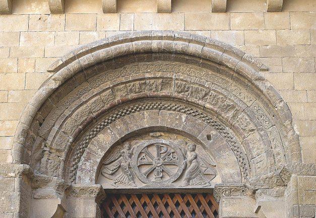 Crismón en la portada de San Pedro el Viejo.