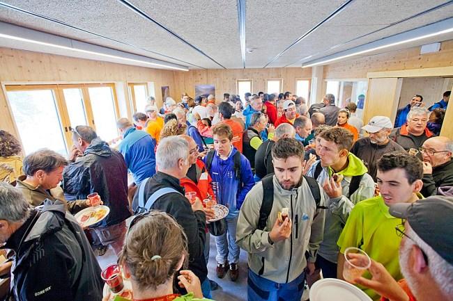 Los asistentes a la inauguración disfrutando del almuerzo.