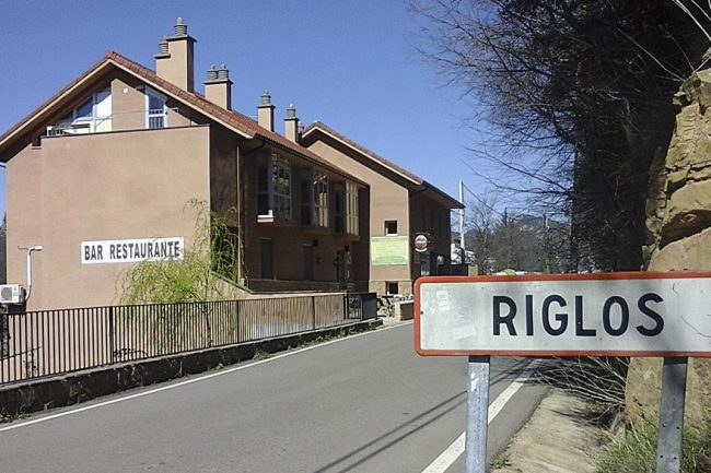 Entrada a Riglos, con el edificio del refugio a la izquierda. Fotos: Refugio de Riglos.