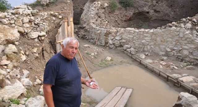 Prof. Nikolov shows the latest finds from the excavations of the Provadiya - Solnitsata (The Salt Pit) prehistoric town in Northeast Bulgaria. Photo: Cherno More News Agency