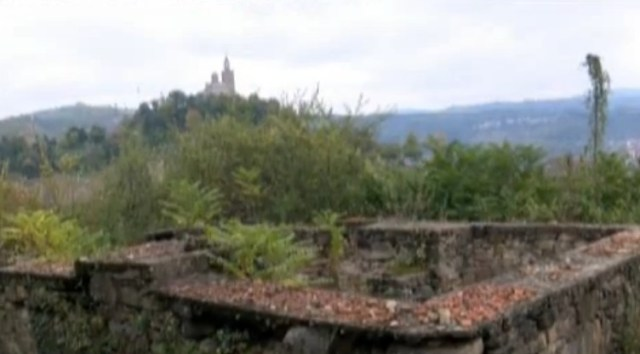 A view of the Tsarevets Hill Fortress (partially restored between 1930 and 1981) as seen from the Trapesitsa Hill, with some of the ruins of the Trapesitsa Hill Fortress visible in the foreground. Photo: TV grab from BNT