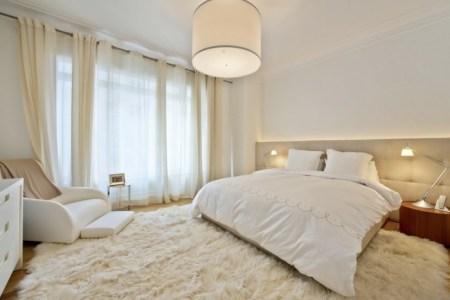elegantes schlafzimmer minimalistische einrichtung king size bett leselampe flaumiger teppich2