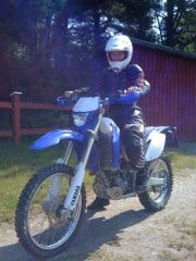 Arga Klara ker motorcykel med full skyddsutrustning