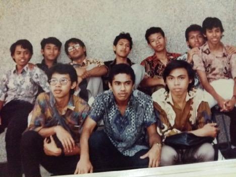 Saya dan sahabat ketika masih kelas satu SMA saat ada event peringatan Hari Ulang Tahun SMA 3 Malang, Bhawikarsu. Salah satu sahabat itu, Ibnu Sudrajat, telah mendahului kami menemui Allah, Sang Maha Pencipta.