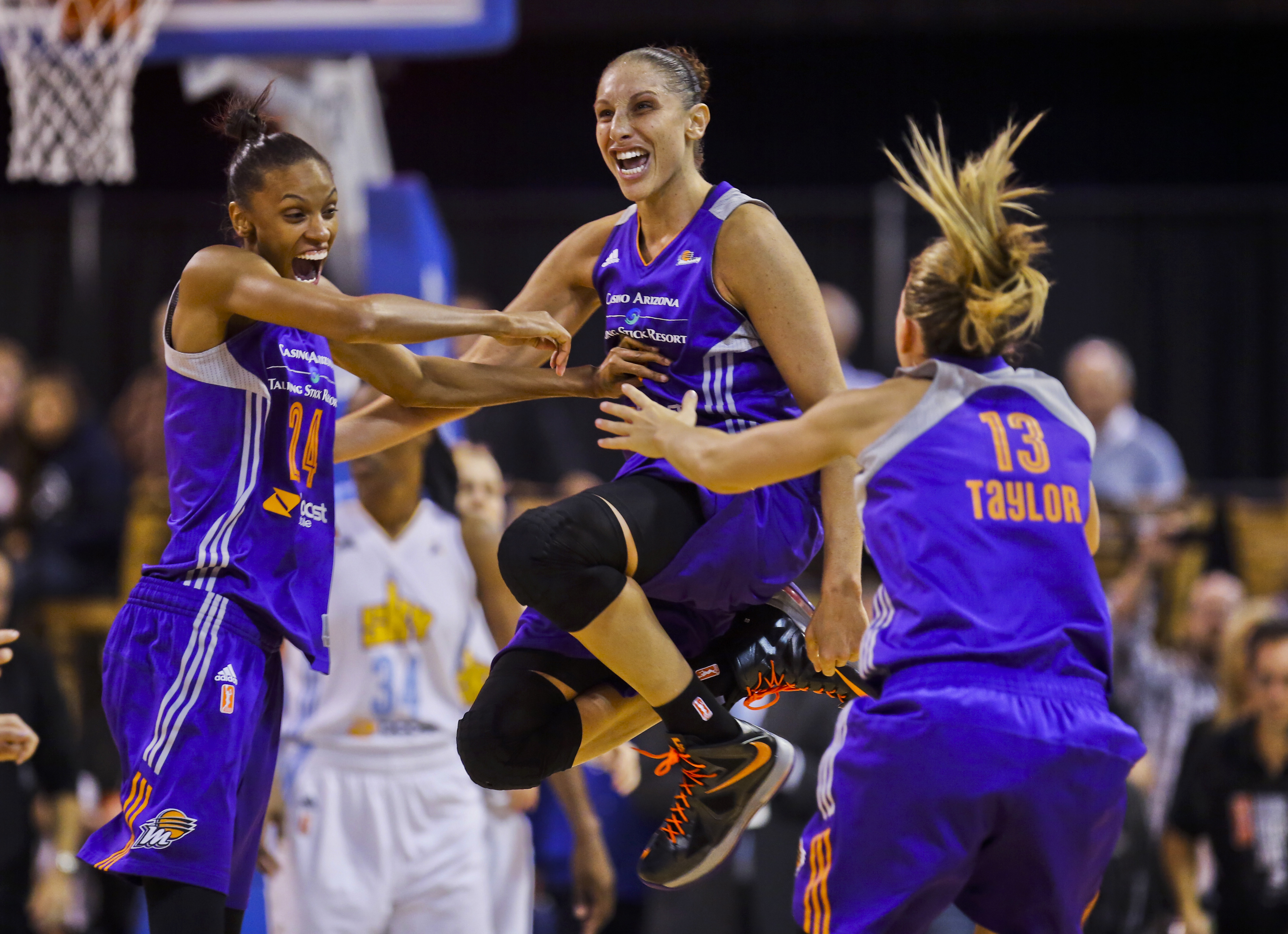 diana taurasi signs contract extension to complete 2