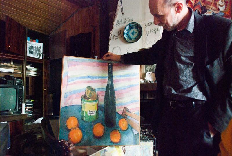 Миахил Алшибая с картиной Андрея Вязова. Эта работа участвовала в молодежной выставке 1957 года в Манеже и после разгрома Никитой Хрущевым появилась в качестве иллюстрации события в журнале Paris Match