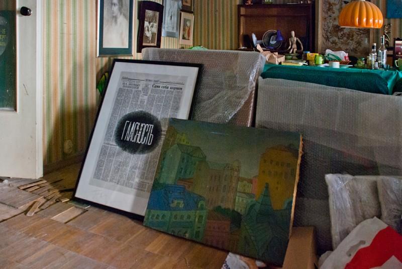 Мастерская Михаила Алшибая: слева направо – Дмитрий Пригов «Гласность», Михаил Одноралов «Арбатский мотив»
