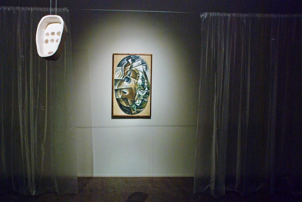 Спереди: Александра Сухарева, Бойница сомнений, 2014; на заднем плане - Любовь Попова, Гитара, 1916