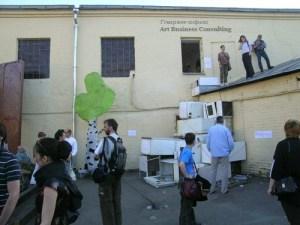 Ира Кориной. Внешний блок. Гора холодильников на   входе в галерею. 28 мая 2005 года