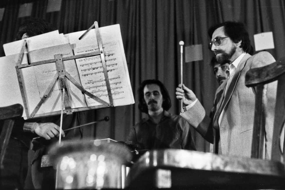 Марк Пекарский и его ансамбль ударных инструментов на фестивале «Неопознанное движении 5», 1990