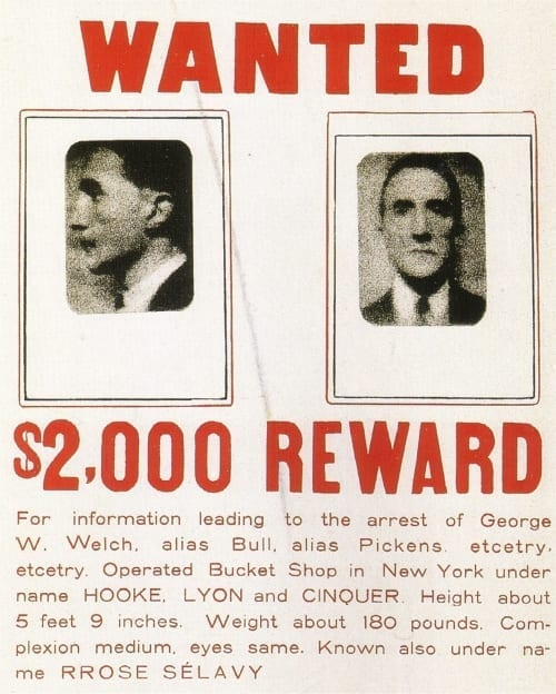 Разыскивается / вознаграждение $2000, 1923. Исправленный реди-мейд: две фотографии, приклеенные на объявление о рзыске, 49,5 x 35,5 см, частное собрание.