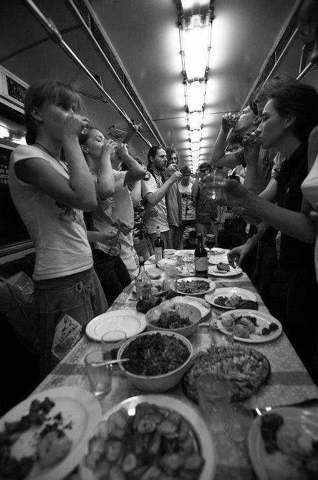 Группа Война, «Пир: поминки по Д. А. Пригову», 2007. Акция в ночь с 24 на 25 августа на кольцевой линии метро.