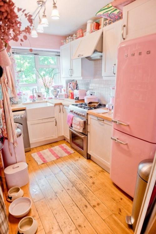 cute retro kitchen cucina pastello stretta e lunga - Arredamento Shabby
