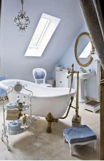 vasca con pareti azzurre - Arredamento Shabby
