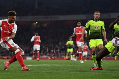 Alex Oxlade-Chamberlain double eases Arsenal into EFL Cup last 8
