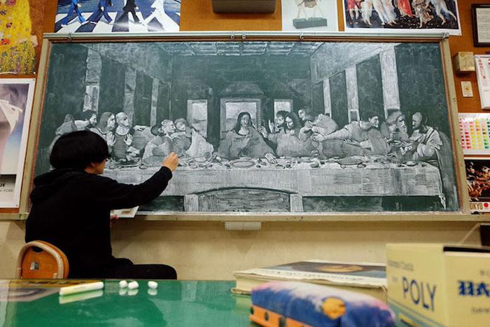 Учитель рисует невероятные картины на обычной школьной доске