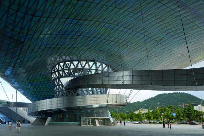 The Double Cone Cafe and Entry building with spiraling overview ramps suspended from the Big Roof, Photo © Duccio Malagamba