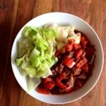 Paprikagulasch mit Kartoffelknödel und Salat