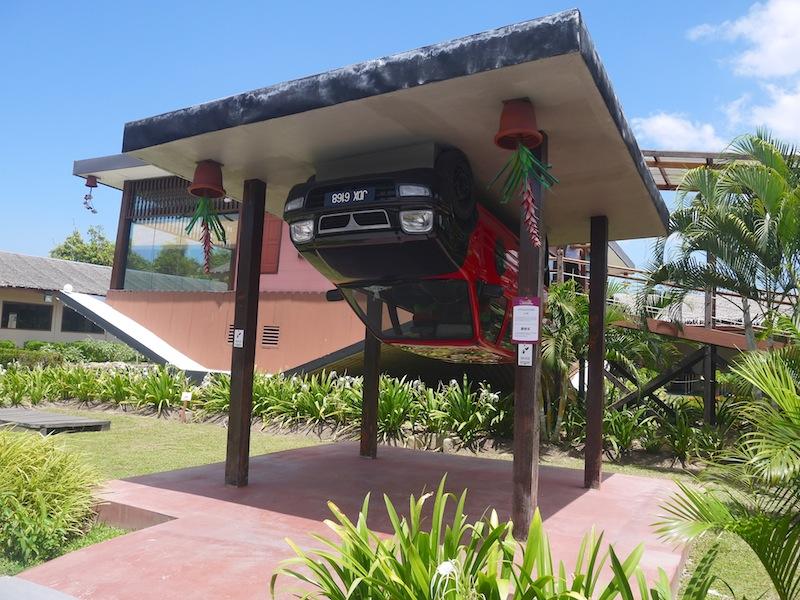 rumah terbalik porch with car