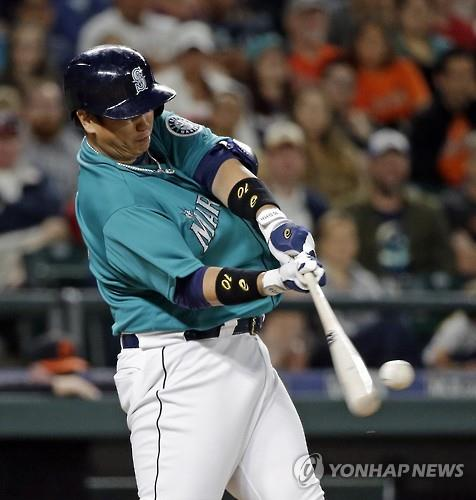 In this Associated Press photo, Lee Dae-ho of the Seattle Mariners connects for a two-run home run against the Baltimore Orioles in Seattle on July 1, 2016. (Yonhap)