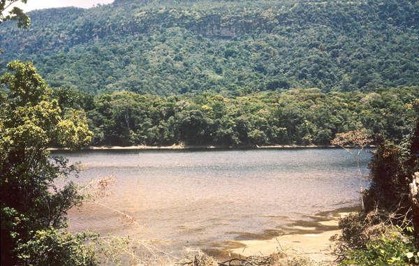 Vista do local da barragem hidrelétrica no rio Mazaruni. Todos as áreas seriam inundados, exceto as mais altas.