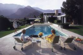 Poolside Gossip, Richard Neutra / Photo by Slim Aarons | Yellowtrace