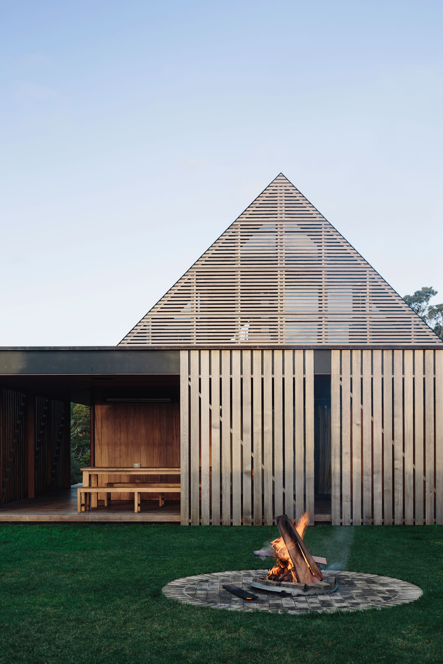 Forest house in auckland new zealand by fearon hay for Contemporary house designs nz