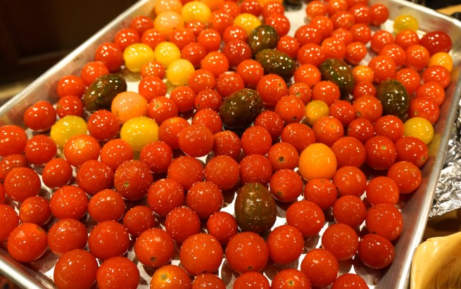 Place the tomatoes, garlic, basil and oil in a large bowl. Toss to combine and evenly coat all tomatoes with oil.