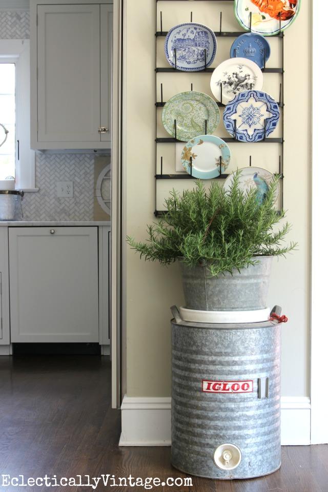 vintage-igloo-cooler-decor-plate-rack