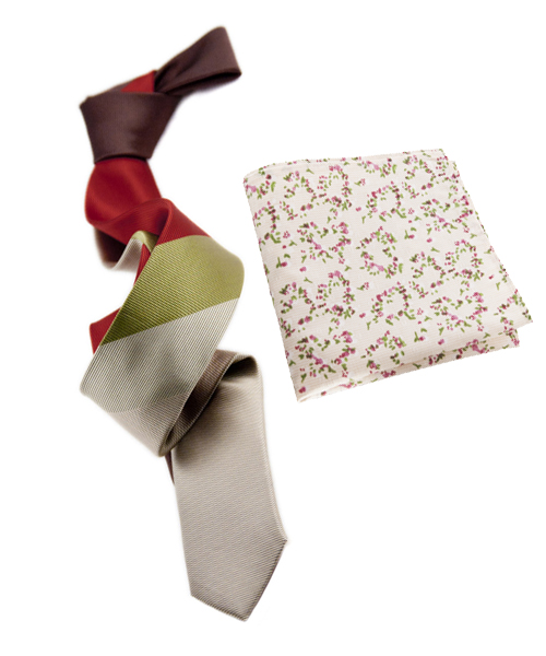 In this case, we used a tie with a stripes and a pocket square with a floral pattern. The green from tie is found in a subtle way on the pocket square. Also, green goes great with red and purple, as they are split complementary colors. Both products can be found on the UM website.