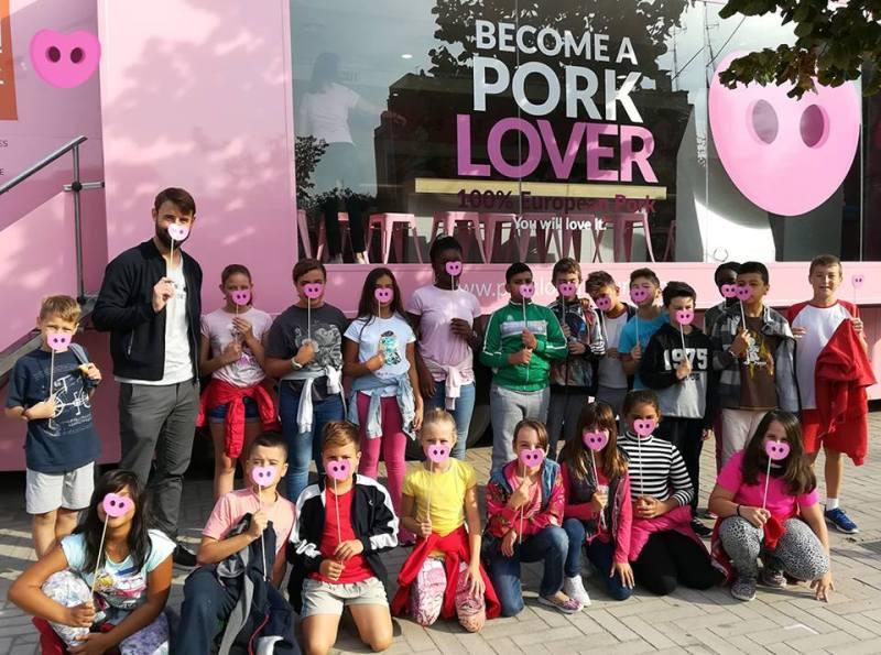El autobús del adoctrinamiento en una actividad reciente con escolares. Foto Pork Lovers.