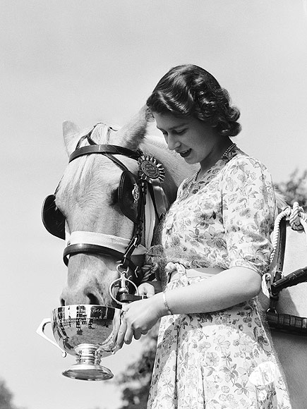 18-year-old Princess Elizabeth feeds the first prize-winning equine from a trophy cup at The Royal Windsor Horse Show, 1944. Image Source: Lisa Sheridan Studio / Lisa Hulton / Archive Getty Images.