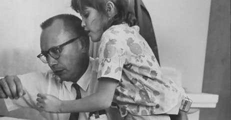 Ole Ivar Lovaas durante una de sus  sesiones de terapia con Pamela, de 9 años. Foto:Allan Grant/Time Life Pictures/Getty Images