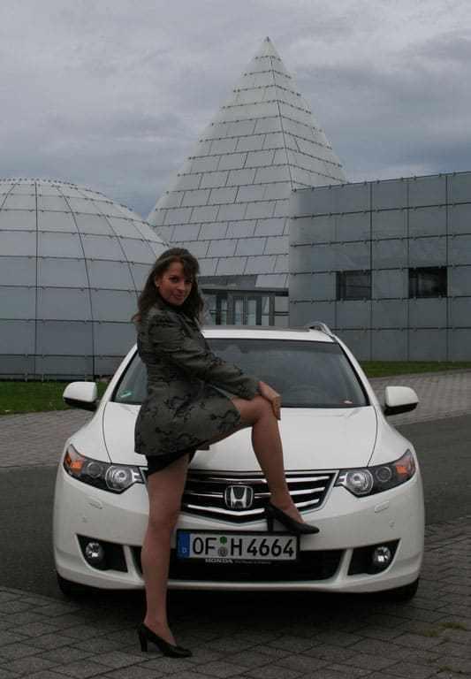 Nicole Y. Jodeleit vor dem Honda Accord Tourer